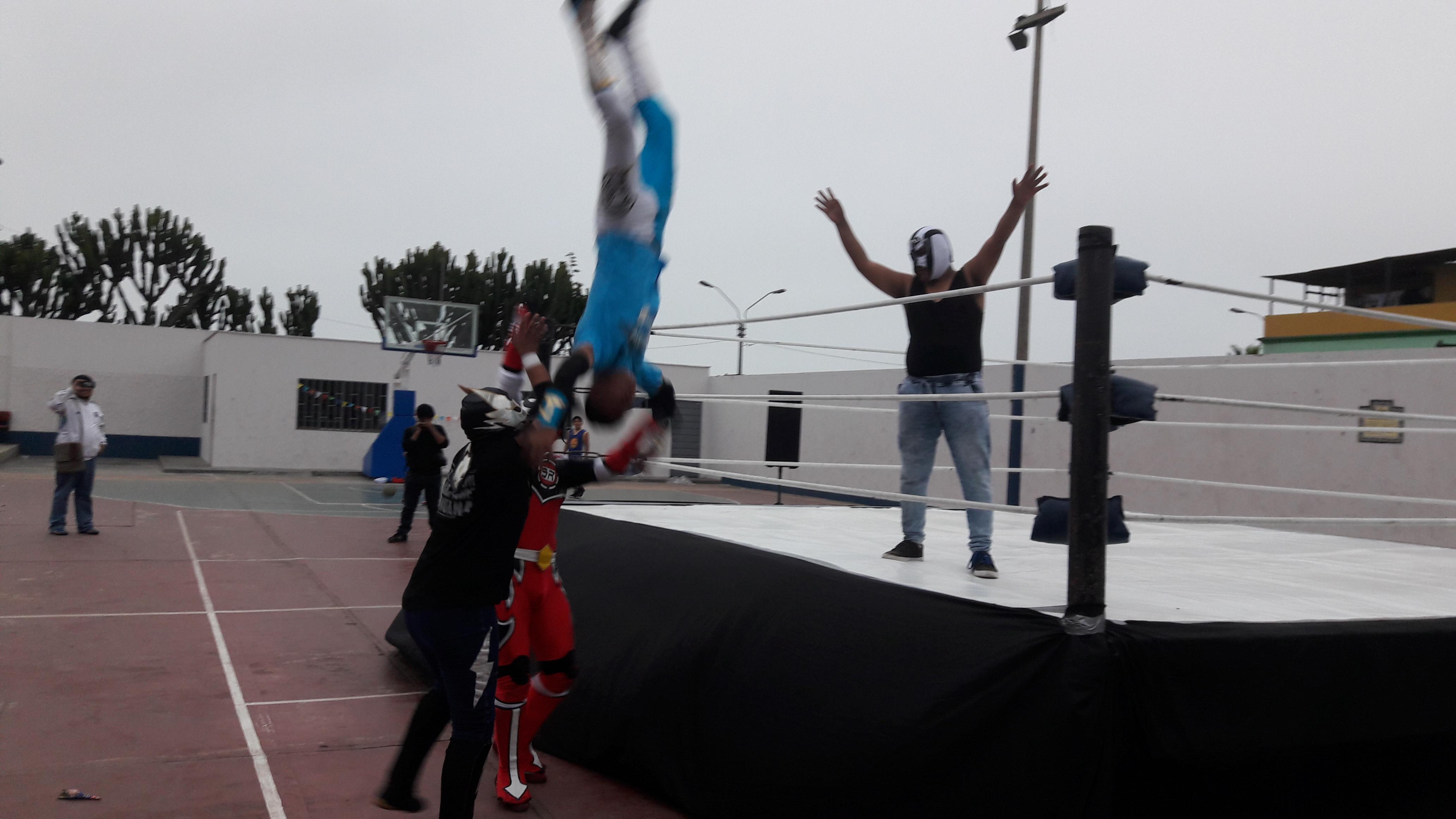 Johnny Tornado se lanza sobre Dínamo y Akahoshi
